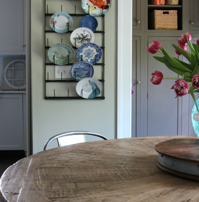 farmhouse-kitchen-table-plate-rack
